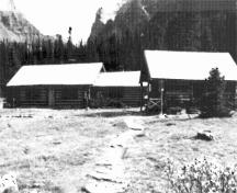 General view of the Elizabeth Parker Hut (left) and Wiwaxy Lodge (right) showing the rustic appearance and natural building materials of the Lodge that are compatible with the adjacent Elizabeth Parker Hut, 1987.; Public Works Canada / Ministère des Travaux publics, A. Powter, 1987