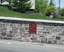 General view of the Historic Sites and Monuments Board of Canada plaque for Fort William at its setting in downtown St. John's, across from The Fairmont Newfoundland hotel, on a retaining wall at the corner of Cavendish Square and Duckworth Street, 2005.; Parks Canada Agency / Agence Parcs Canada, M. Dawe, 2005.
