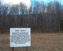Close-up view of the interpretive sign to the Mission of St. Ignace II on Hamilton farm, 2004.; Agence Parcs Canada / Parks Canada Agency, J. Molnar, 2004.