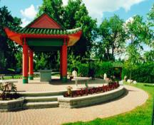 General view of the Chinese Pavilion from the Beechwood Cemetery sheltering the altar and bronze urn to the right demonstrating the clusters of graves belonging to ethnic communities, 2000.; Parks Canada Agency / Agence Parcs Canada, R. Godspeed, 2000.