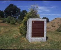 View of the Historic Sites and Monuments Board of Canada plaque and cairn, 2001.; Parks Canada Agency/Agence Parcs Canada, 2001.