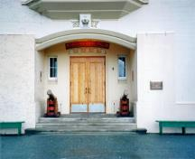 Detail view of the main entrance to Grant Block with its double doors and flanking windows, recessed under a segmental arch, 1995.; Parks Canada Agency / Agence Parcs Canada, L. Maitland, 1995.