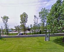 General view of the Fort Laprairie and the Historical Sites and Monument Board plaque showing its strategic siting on the western bank of the St. Lawrence River, 2010.; Google, 2010.