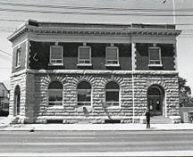 "Side view of Postal Station ""B,"" showing the well-executed masonry work, notably the rusticated work, the stone quoins of the upper floor and the brickwork, 1971.; Canadian Inventory of Historic Buildings/Inventaire des Bâtiments Historiques du Canada, 1971."