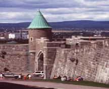 View of the curtain wall at Saint-Jean Gate, part of the Fortifications of Québec National Historic Site of Canada, 1999.; Parks Canada Agency / Agence Parcs Canada, R. Lavoie, 1999.