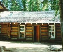 View of Twin Falls Tea House, showing its horizontal log construction, 1995.; Agence Parcs Canada / Parks Canada Agency, 1995.