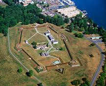 Aerial view of the Fort George National Historic Site of Canada emphasizing the siting of the fortress on a steep rise, near the mouth of the river, 2001.; Parks Canada Agency / Agence Parcs Canada, G. Vandervlugt, 2001.