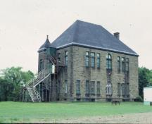 Rear view of Monument-Lefebvre National Historic Site of Canada, showing the hipped roof.; Parks Canada Agency / Agence Parcs Canada.