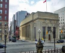 Corner view of the Bank of Montreal, showing its monumental massing designed in the traditional temple form, 2011.; Parks Canada Agency / Agence Parcs Canada, M. Therrien, 2011.