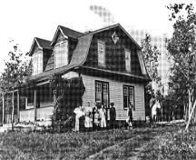Historic image of the Superintendent's Residence emphasizing its long association with the Park, 1913.; Parks Canada Agency / Agence Parcs Canada, J. Coxford, 1913