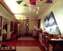 Interior view of the Binning Residence, showing the long gallery-entrance hallway, 1997.; Parks Canada Agency / Agence Parcs Canada, S.D. Bronson, 1997.