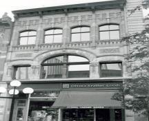 General view of the Slater Building, showing the main façade, 1985.; Agence Parcs Canada / Parks Canada Agency, 1985.
