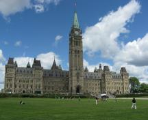 General view of the façade of Centre Block emphasizing the whole of its exterior, centred on the Peace Tower, 2010.; Parks Canada Agency/ Agence Parcs Canada, Catherine Beaulieu, 2010.