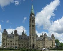 General view of Centre Block showing its 92-metre Peace Tower, its copper mansard roof, four-sided clock, 53-bell carillon and decoration, 2010.; Parks Canada / Parcs Canada, Catherine Beaulieu 2010.