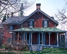 General view of Hillary House showing the highly decorative verandah running along the front, north and south walls of the house.; Parks Canada Agency / Agence Parcs Canada.