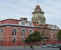 General view of Victoria City Hall, showing the symmetrical exterior massing, with a prominent central tower that expresses the building's role as a civic landmark, 2011.; Parks Canada Agency / Agence Parcs Canada, Andrew Waldron, 2011.