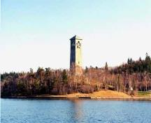 Panoramic view of the Memorial Tower emphasizing its prominent location on a rise of land in Sir Sandford Fleming Park, overlooking downtown Halifax, 2007.; Halifax Regional Municipality \ Region Municipal de Halifax 2007