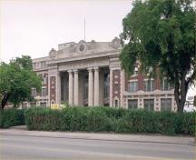 Corner view of the façade of the Canadian Pacifique Railway Station (Winnipeg), showing the main entrance, 1991.; Parks Canada Agency/Agence Parcs Canada, 1991.