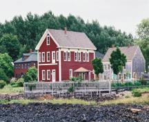 General view of Annapolis Royal Historic District, showing the harmonious design elements, including wood siding, gable roofs, verandahs and projecting bays.; Parks Canada Agency / Agence Parcs Canada, Ian Doull.