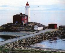View of Fisgard Lighthouse, showing its massing comprising two simple forms, a cylindrical tower with attached rectangular house.; Ian Doull / Agence Parcs Canada, 2010 - Ian Doull / Parks Canada Agency, 2010