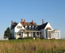 General view of Thinkers' Lodge, showing its setting on a spacious property jutting out into the Northumberland Strait, 2007.; Parks Canada Agency/ Agence Parcs Canada, Danielle Hamelin, 2007.