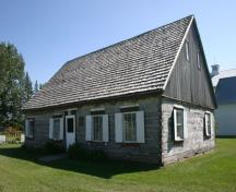 View from the northwest of the Reimer Mennonite Log House, Morden, 2011.; Historic Resources Branch, Manitoba Culture, Heritage and Tourism, 2011