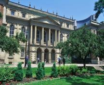General view of Osgoode Hall showing ts basic form, consisting of projecting wings joined by a long, centre section, 1993.; Parks Canada Agency / Agence Parcs Canada, J Butterill, 1993.