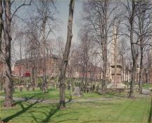 General view of the Old Burying Ground, showing the haphazard placement of graves and the forms of head and foot stones as well as box tombs, 1993.; Agence Parcs Canada / Parks Canada Agency, 1993.