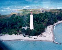 Panoramic view of the Chantry Island Lighthouse in its picturesque coastal setting which reinforces the region's scenic and maritime character and is a symbol for the region, 1990.; Canadian Coast Guard / Garde côtière canadienne, 1990.