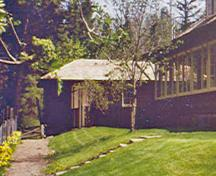 General view of the Superintendent's Residence and Works Garage showing its design in the cottage tradition which harmonizes with the adjacent Superintendent's Residence and is compatible with its picturesque location, 1984.; Parks Canada Agency / Agence Parcs Canada, C. Cameron, 1984.