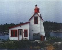 View of the rear entrance to the Lighthouse, showing the seamless joining of the tower and dwelling.; Agence Parcs Canada / Parks Canada Agency.