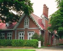 General view of Trafalgar Lodge, showing the polychromatic effect of the contrasting red brick and white stone trim.; Parks Canada Agency / Agence Parcs Canada.