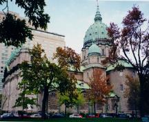 Lateral view of the cathedral, in front of Place Canada, showing the principal dome and the two smaller lateral domes; Parks Canada / parcs Canada, 1999 (Nathalie Clerk)