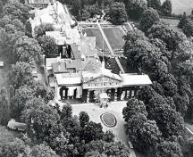Aerial view of Rideau Hall, showing the relationship of the building to its grounds, which have their own intrinsic value, 1977.; Government House / Résidence du Gouverneur général, 1977.