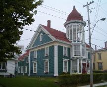 Side elevation showing rear ell, Lovitt House, Yarmouth, 2004.; Heritage Division, NS Dept. of Tourism, Culture and Heritage, 2004.