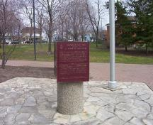 General view of commemorative plaque with Navy Yard Park in the background, 2006.; Parks Canada Agency | Agence Parcs Canada, 2006.
