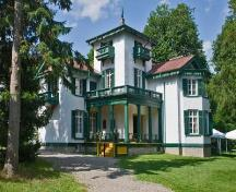 General view of Bellevue House, showing its elaborate detailing of scalloped eave fringe, window shutters, balcony canopy, brackets and balustrades, spoke-shaped verandah rails and tower finials, 2009.; Parks Canada Agency / Agence Parcs Canada, André Guindon, 2009.