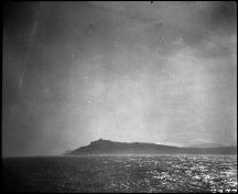 Historic photograph offering a dramatic view of Cape Race Lighthouse, which testify its visual prominence in relation to the water, cliffs and landscape, 1933.; Library and Archives Canada \ Bibliothèque et Archives Canada, Clifford M. Johnston, PA-056705