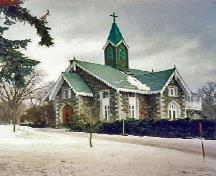 General view of Notre-Dame-des-Neiges Cemetery, showing construction, materials and finish of the chapel.; Parks Canada Agency / Agence Parcs Canada.
