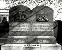 View of a headstone at Beth Israel cemetery, showing Judaic symbols, 1991.; Agence Parcs Canada / Parks Canada Agency, 1991.