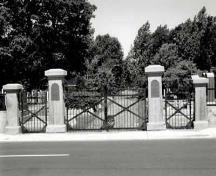 General view of Beth Israel cemetery, showing the main entrance, 1991.; Agence Parcs Canada / Parks Canada Agency, 1991.