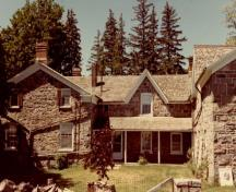View of the main entrance to Thistle Ha' Farm, showing the house with the central entry door with side lights and transom, 1991.; Parcs Canada | Parks Canada