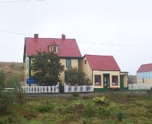 Exterior photo of Hiscock House Provincial Historic Site, Trinity, showing the house and attached shop. Photo taken September 2005. ; HFNL/ Andrea O'Brien 2005.