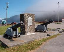 Two cannon and a provincial commemorative marker on the site of the former Fort Frederick, Placentia, Newfoundland, August 2005.; HFNL/Dale Jarvis 2005