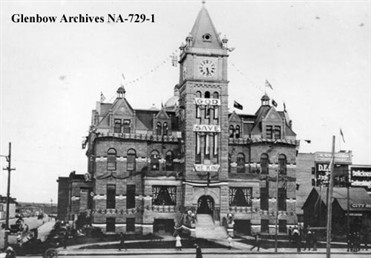City Hall decorated for royal visit, Glenbow, Image No: NA-729-1 / L'hôtel de ville de Calgary, archive de Glenbow, NA-729-1