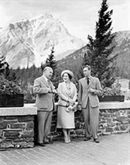 King George VI, Queen Elizabeth and W.L. Mackenzie King at Banff Springs Hotel, 1939, LAC PA-802278 / Le roi Georges VI, la reine Elizabeth et W.L. Mackenzie King à l'Hôtel Banff Springs, 1939, BAC PA-802278